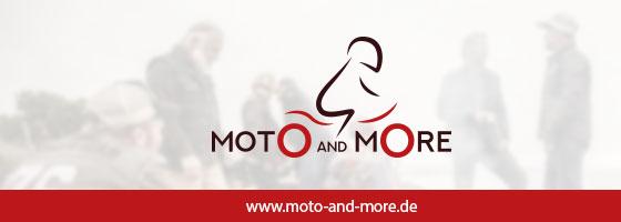"""Eine Werbeanzeige für den Shop Moto and More. Auf ihr ist der Text """"www.moto-and-more.de"""" zu lesen. Im Hintergrund sind mehrere Biker mit ihren Motorrädern zu sehen."""
