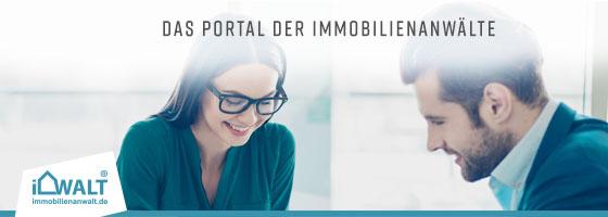 """Eine Werbeanzeige für die Webseite Immobilienanwalt.de. Auf ihr ist der Text """"Das Portal der Immobilienanwälte"""" zu lesen. Der Hintergrund zeigt zwei Menschen, die in einem entspannten Gespräch Unterlagen überprüfen."""