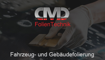 """Eine Werbeanzeige für die Firma CMD FolienTechnik. Auf ihr ist der Text """"Fahrzeug- und Gebäudefolierung"""" zu lesen unterhalb des platzierten Logos. Der Hintergrund zeigt eine Hand, die mit einem Werkzeug eine Folie glatt streicht."""