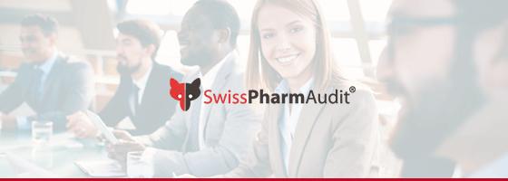 """Eine Werbeanzeige für die Firma SwissPharmAudit. Auf ihr ist der Text mit dem Logo """"SwissPharmAudit"""" zu lesen. Der Hintergrund zeigt mehrere Personen in einem Meeting, eine von ihnen lächelt in die Kamera."""